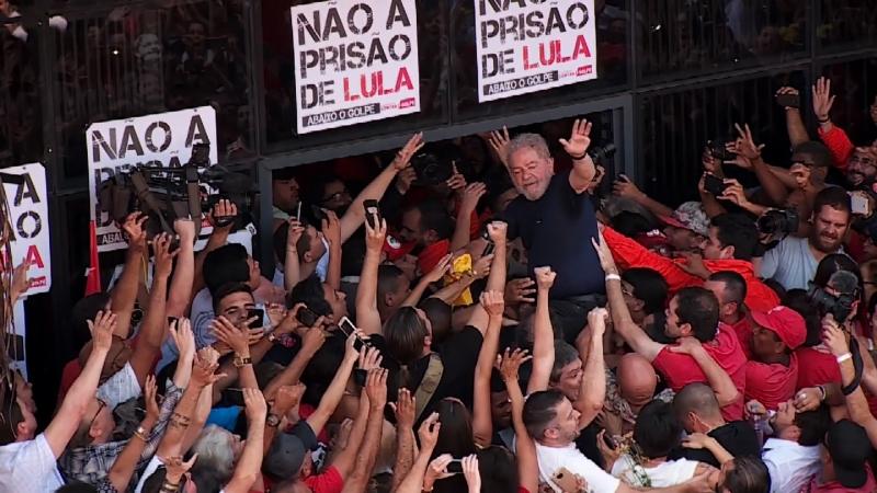 Filme narra trajetória do ex-presidente, desde sua ascensão ao Planalto até saída da prisão