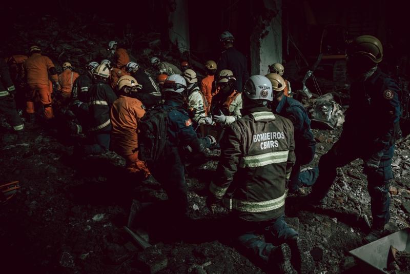 Após indicações mais precisas sobre localizações de escombros, bombeiros localizaram o corpo do primeiro-tenente Deroci de Almeida da Costa