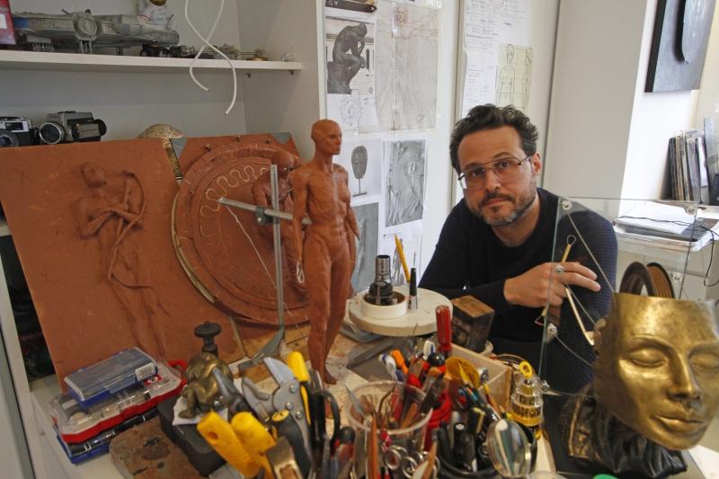 Médico de formação, artista explora a anatomia humana na confecção de suas esculturas