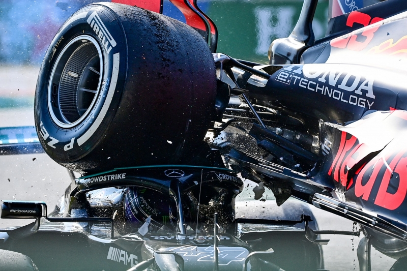 O carro da Red Bull de Max Verstappen acabou em cima da Mercedes de Lewis Hamilton