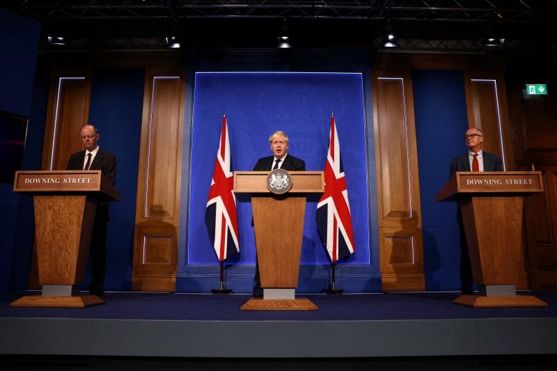 Boris Johnson não descartou um 'plano B' caso haja sobrecarga no sistema público de saúde
