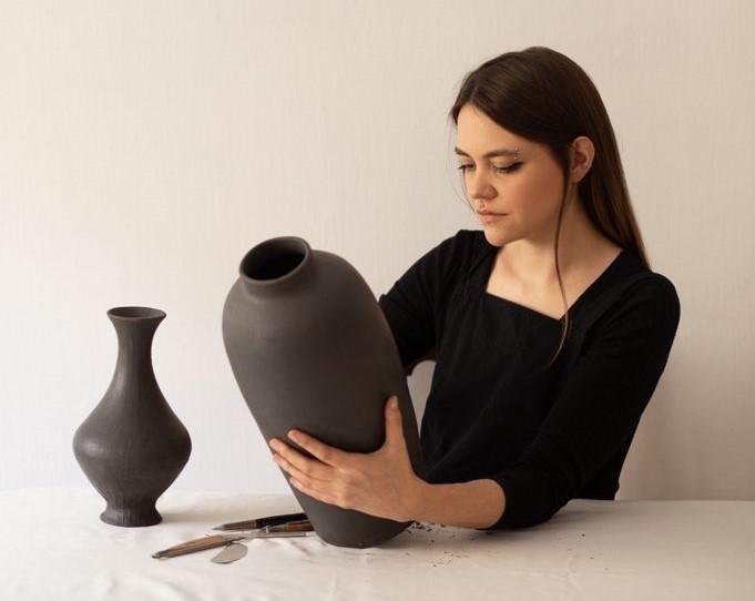 Vasos da ceramista Eliza Ziegler integram a mostra 'Pungente'