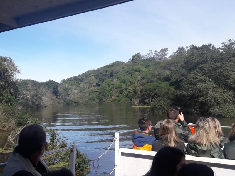 Estudantes conhecem o Rio Gravataí em passeio de barco