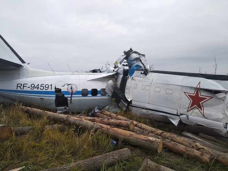 This handout picture taken and released on October 10, 2021 by the Russia's Emergencies Ministry shows a wreckage at a site of the L-410 plane crash near the town of Menzelinsk in the Republic of Tatarstan. - An aircraft carrying parachutists crashed in central Russia on October 10, 2021, the emergencies ministry said, with sixteen people feared dead. According to the Interfax news agency, the plane belonged to the Voluntary Society for Assistance to the Army, Aviation and Navy of Russia, which describes itself as a sports and defence organisation. (Photo by - / RUSSIAN EMERGENCY MINISTRY / AFP) / RESTRICTED TO EDITORIAL USE - MANDATORY CREDIT