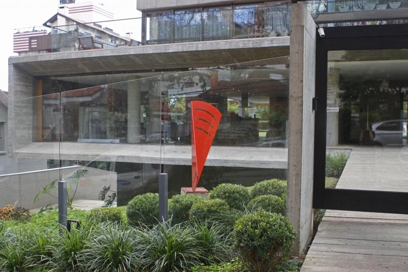 Cerca envidraçada em prédio no bairro Petrópolis, em Porto Alegre, permite a visualização de obra de arte