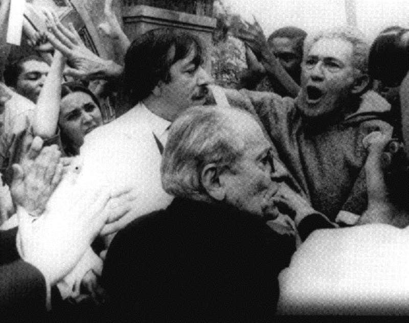 No centro, de branco, ator interpreta populista do filme Terra em transe, de Glauber Rocha