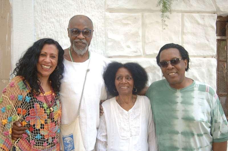 Heloisa Peres, diretora do espetáculo Arte negra do Sul, com os  artistas participantes Giba Giba, Zilah Machado e Gelson Oliveira