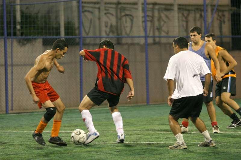 Esportivos coletivos com contato, como futebol (foto), estariam liberados