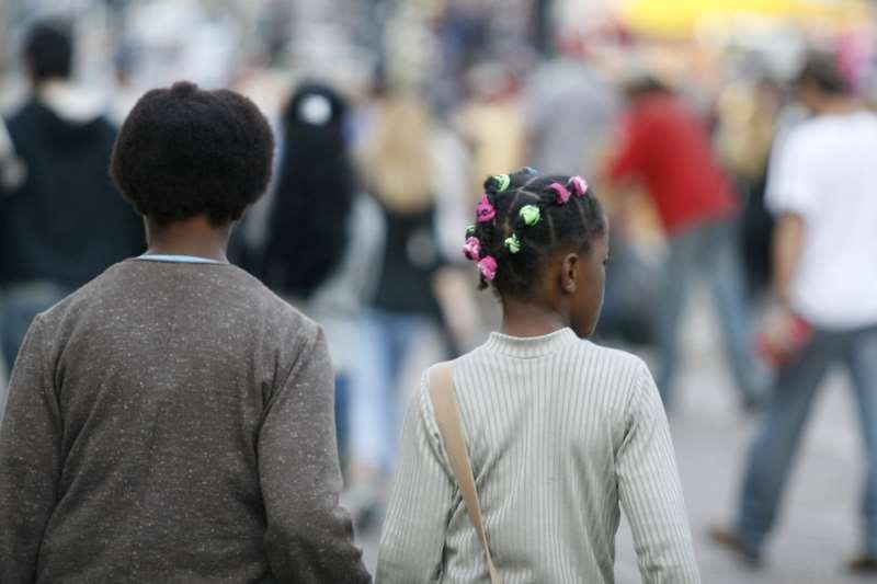 PESQUISA DO IBGE (INSTITUTO BRASILEIRO DE GEOGRAFIA E ESTATÍSTICA) REVELA QUE A POPULAÇÃO NEGRA NO SUDESTE E SUL DO PAÍS FICA ABAIXO DE 40% - COM DESTAQUE PARA O RIO GRANDE DO SUL E SANTA CATARINA, ONDE ELA FICA ABAIXO DE 25%.
