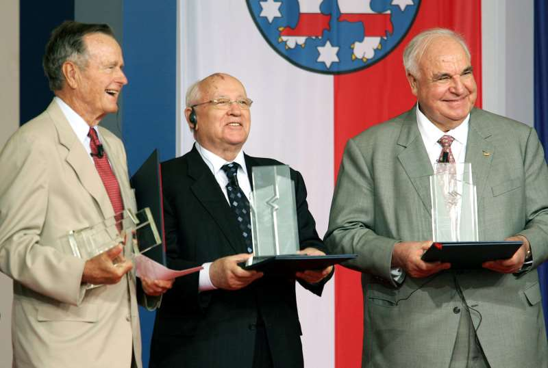 (L TO R) FORMER US PRESIDENT GEORGE BUSH, FORMER PRESIDENT OF THE OLD SOVIET UNION MIKHAIL GORBACHEV AND FORMER CHANCELLOR OF GERMANY HELMUT KOHL, THE THREE HEAVYWEIGHTS OF GERMAN REUNIFICATION, POSE WITH THEIR POINT ALPHA PRIZES, COMMEMORATING THEIR WORK, 17 JUNE 2005 IN THE WESTERN TOWN OF GEISA. THE AWARD, WHICH CARRIES A 50,000-EURO (60,900-DOLLAR) PRIZE SPONSORED BY GERMAN CORPORATIONS, IS NAMED FOR THE US OBSERVATION BASE ON THE FORMER COLD WAR BORDER BETWEEN EAST AND WEST GERMANY, AT THE CENTER OF THE LINE OF DEFENSE KNOWN AS THE FULDA GAP.   AFP PHOTO   DDP/THOMAS LOHNES    GERMANY OUT