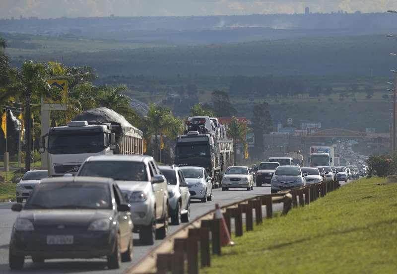 BRASÍLIA - MOVIMENTO NAS ESTRADAS DO DF É TRANQUILO NA SAÍDA PARA O FERIADO DE CARNAVAL (FÁBIO RODRIGUES POZZEBOM/AGÊNCIA BRASIL); - ASSUNTOS: CARNAVAL, FERIADO, BR-020