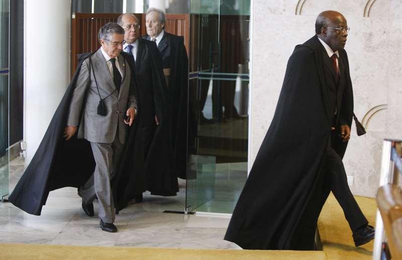 Apenas em 2012 o STF teve seu primeiro presidente negro, o ministro Joaquim Barbosa (d)