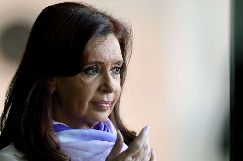 ARGENTINA'S PRESIDENT CRISTINA FERNANDEZ DE KIRCHNER GESTURES WHILE LEAVING THE BRICS-UNASUR SUMMIT AT ITAMARATY PALACE IN BRASILIA, BRAZIL ON JULY 16, 2014. THE LEADERS OF BRAZIL, RUSSIA, INDIA, CHINA AND SOUTH AFRICA HELD TALKS IN THE BRAZILIAN CAPITAL WITH COUNTERPARTS FROM ARGENTINA, CHILE, COLOMBIA, ECUADOR, VENEZUELA AND OTHER LATIN AMERICAN NATIONS.   AFP PHOTO/EVARISTO SA