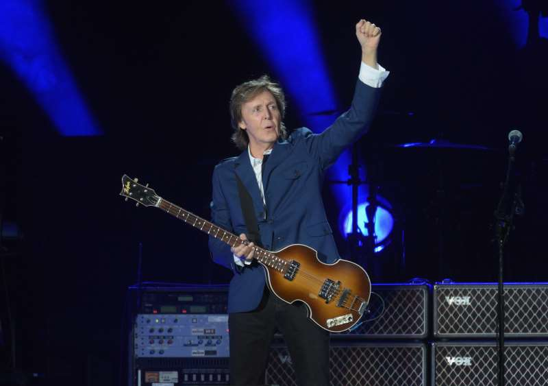LOS ANGELES, CA - AUGUST 10: MUSICIAN PAUL MCCARTNEY PERFORMS AT DODGER STADIUM ON AUGUST 10, 2014 IN LOS ANGELES, CALIFORNIA.   JASON KEMPIN/GETTY IMAGES/AFP  == FOR NEWSPAPERS, INTERNET, TELCOS & TELEVISION USE ONLY ==