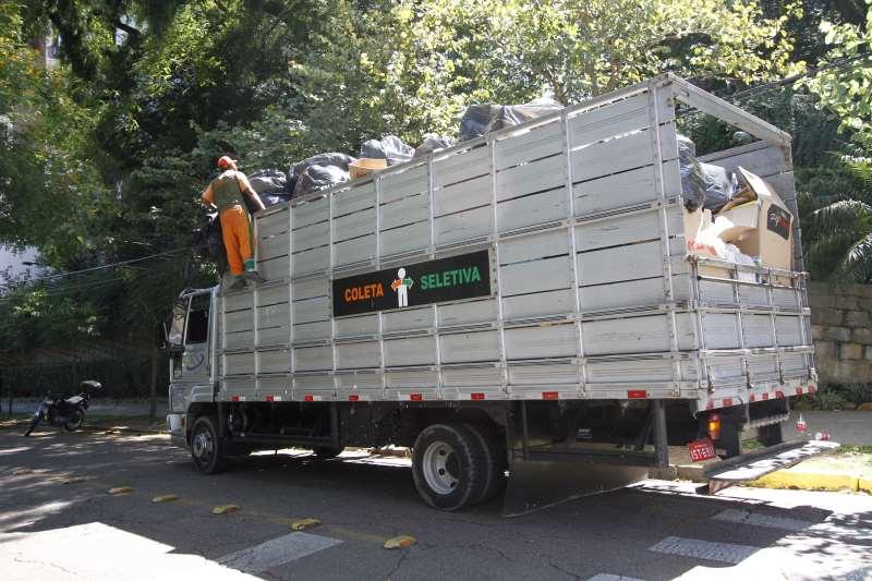Coleta que era feita por caminhões com trabalhadores da Cootravipa não está sendo feita