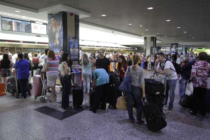 MOVIMENTO DE FINAL DE ANO NO EMBARQUE DO AEROPORTO SALGADO FILHO. FILA NO CHEK IN DAS COMPANHIAS AÉREAS, PASSAGEIROS COM BAGAGEM PARA VIAJAR NO ANO NOVO.
