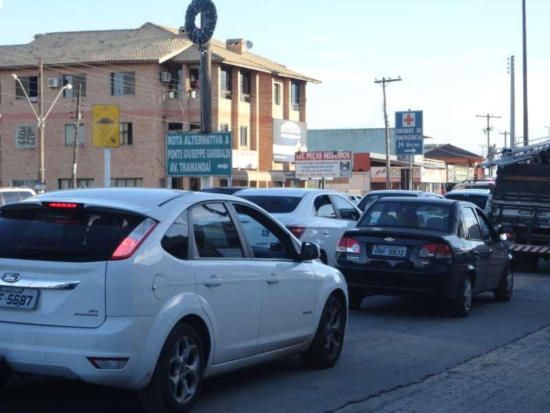 Ponte Giuseppe Garibaldi não comporta crescimento do fluxo de carros entre as duas cidades