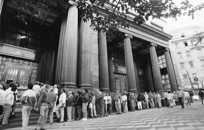 Brasileiros correram aos bancos na tentativa de liberar dinheiro