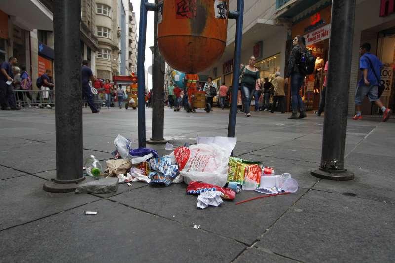 Cerca de 1,2 mil toneladas de lixo são recolhidas por dia em Porto Alegre