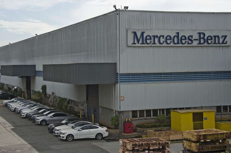 VIEW OF THE GERMAN CARMAKER MERCEDES-BENZ PLANT IN SAO BERNARDO DO CAMPO, 25 KM SOUTH OF SAO PAULO, BRAZIL ON MAY 15, 2015. SALES AND PRODUCTION OF VEHICLES IN BRAZIL HAD SHARP DECLINES IN THE FIRST QUARTER OF 2015: 881,770 VEHICLES WERE MANUFACTURED, 17.5% LESS THAN IN THE SAME PERIOD OF 2014, AND 893,630 WERE SOLD, 19.2% LESS, ACCORDING TO THE ASSOCIATION OF CAR MANUFACTURERS ANFAVEA. AFP PHOTO / NELSON ALMEIDA