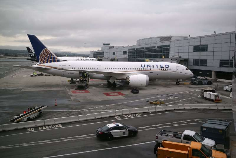 SAN FRANCISCO, CA - JUNE 10: A UNITED AIRLINES PLANE SITS ON THE TARMAC AT SAN FRANCISCO INTERNATIONAL AIRPORT ON JUNE 10, 2015 IN SAN FRANCISCO, CALIFORNIA. THE ENVIRONMENTAL PROTECTION AGENCY IS TAKING THE FIRST STEPS TO START THE PROCESS OF REGULATING GREENHOUSE GAS EMISSIONS FROM AIRPLANE EXHAUST.   JUSTIN SULLIVAN/GETTY IMAGES/AFP  == FOR NEWSPAPERS, INTERNET, TELCOS & TELEVISION USE ONLY ==
