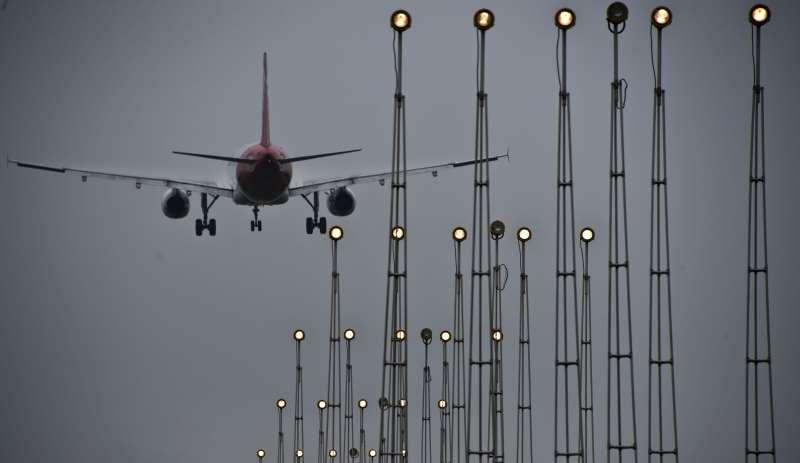 Sem revelar nomes, a Secretaria de Aviação Civil confirma que há negociações para Guarulhos, Brasília e Confins, e diz que já tem cronograma de modelagem e avaliação dos ativos
