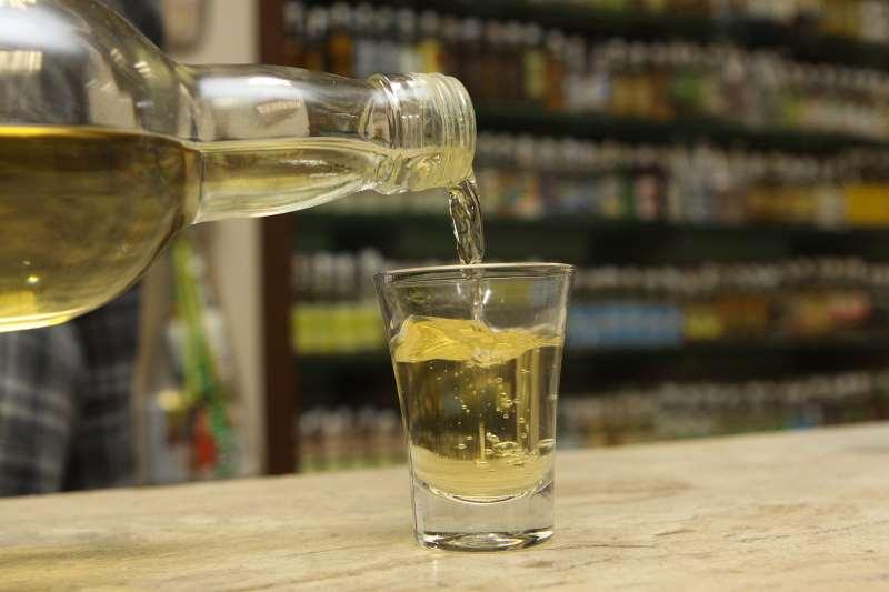 Produção da bebida tipicamente brasileira vai dar lugar à de álcool em gel em empresas de todo o País