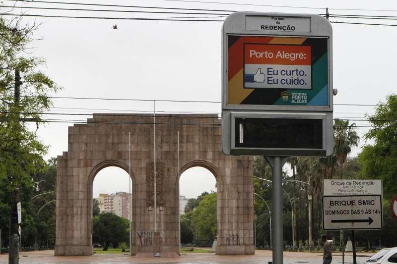 FOTOS DO MOBILIÁRIO URBANO DE PORTO ALEGRE, CUJO EDITAL SERÁ PUBLICADO AMANHÃ NO DIÁRIO OFICIAL. EXEMPLO: RELÓGIOS DIGITAIS, QUE ESTÃO DESATIVADOS.