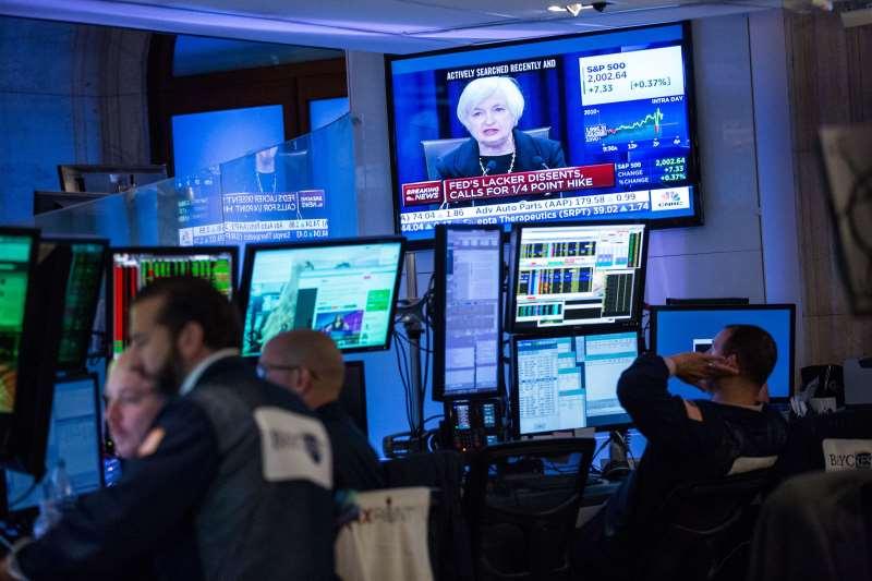 O Dow Jones recuou 0,81%, a 28.634,88 pontos, o S&P 500 caiu 0,71%, a 3.234,85 pontos