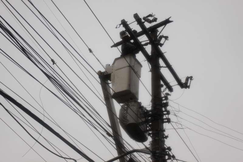 Equipes da CEEE e RGE trabalham para normalizar o fornecimento de energia elétrica