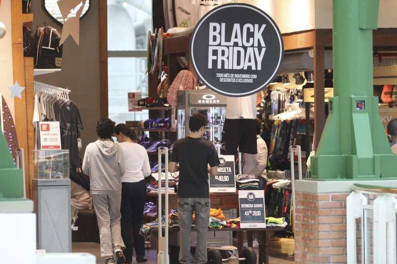 Vitrines de lojas com decorações alusivas a famosa liquidação Black Friday no shopping Praia de Belas. Algumas lojas oferecen descontos de até 60 porcento.