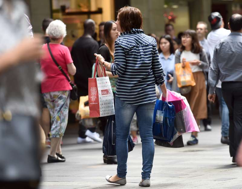 People carry their shopping bags through Sydney's Pitt Street Mall on December 2, 2015, as Australia's economy grew 0.9 percent in the third quarter for an annual rate of 2.5 percent, official data showed, with Treasurer Scott Morrison hailing progress in shifting from the resources boom to broader-based growth.  The September quarter numbers were slightly above analyst expectations and an improvement on the previous quarter's sluggish growth, which was revised to 0.3 percent by the Australian Bureau of Statistics.  AFP PHOTO / William WEST