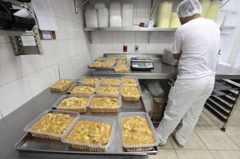 Parceria entre o Executivo municipal e restaurantes locais forncerá pratos em embalagens de 700 gramas