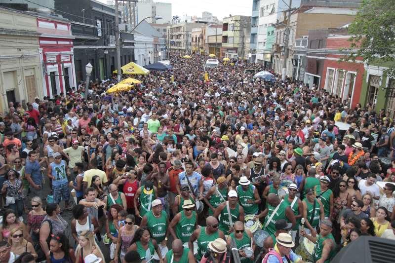 O gigantismo dos desfiles criou atritos entre moradores e foliões na rua João Alfredo