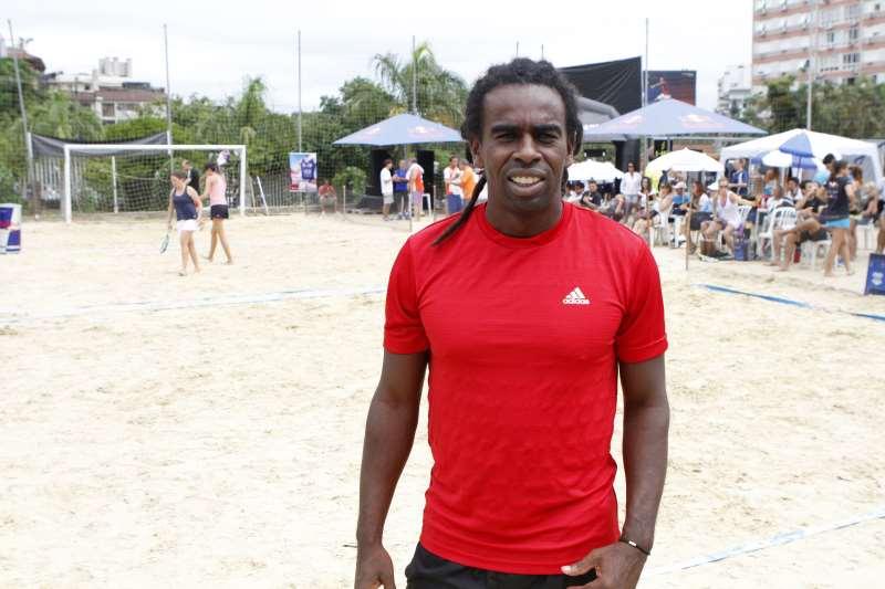 O jogador Tinga no beach tennis do União