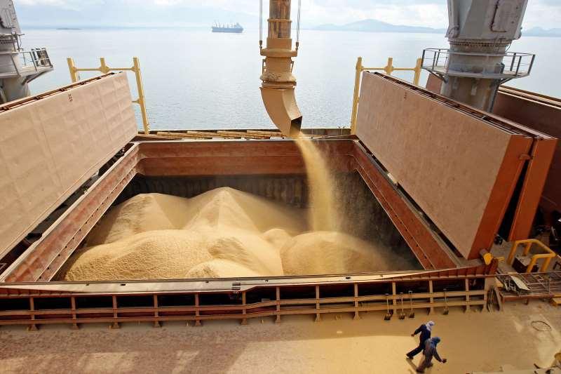 Brasil, Paranaguá, PR. 11/07/2008. Fotos do carregamento de Soja no Porto de Paranaguá. A boa safra de soja mantém a balança comercial favorável por conta das exportações. - Crédito:JONNE RORIZ/ESTADÃO CONTEÚDO/AE/Codigo imagem:77221