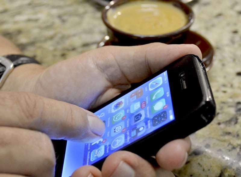 Brasil, São Paulo, SP. 17/02/2015. Uso do celular a qualquer momento, mesmo na pausa para o cafezinho. - Crédito:ITACI BATISTA/ESTADÃO CONTEÚDO/AE/Código imagem:185069