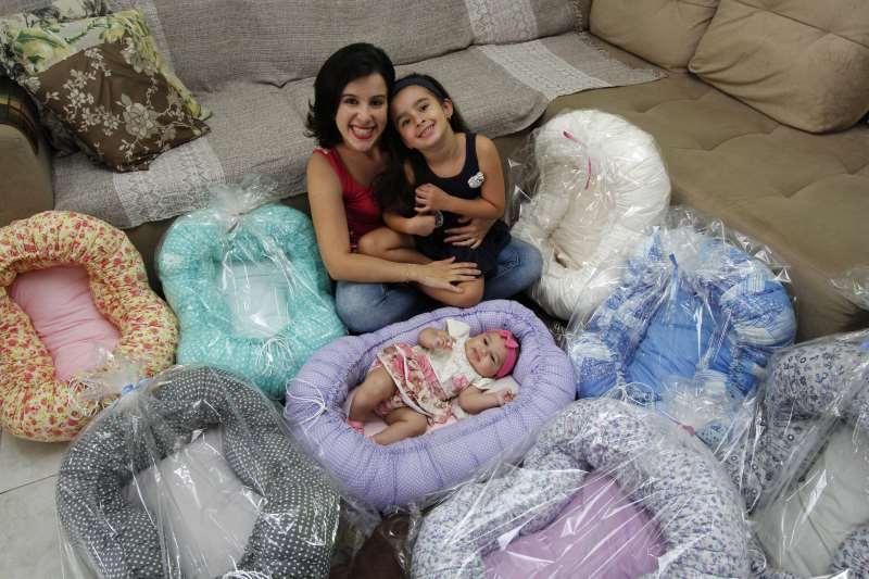 Entrevista com Renata Fraga, confecciona o Ninho Baby (ninhos para recém-nascidos);  na foto: Renata Fraga com as filhas Valentina  ( 5 anos) e Maite ( 4 meses )