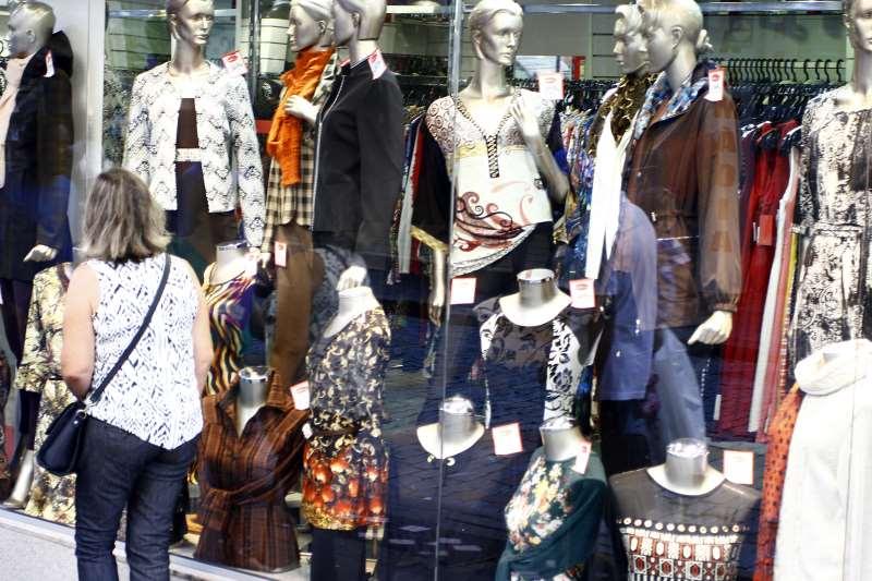 Alta do desemprego e dificuldade em obter crédito aumentam a cautela da população na hora das compras