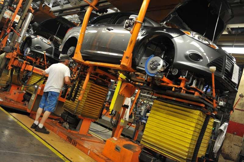 Crise econômica, desemprego e dificuldade de crédito foram responsáveis pelo recuo na produção e na comercialização de veículos; executivos já vislumbram a melhoria da atividade