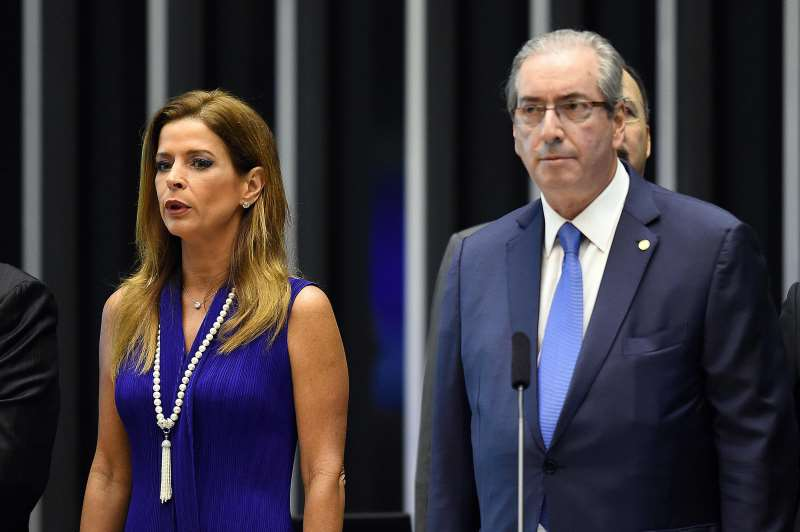 Claudia Cruz (L), wife of suspended president of the Lower House Eduardo Cunha (R), during a ceremony at the National Congress in Brasilia on November 5, 2015.  According to Brazilian press, Federal Judge Sergio Moro accepted a complaint against journalist Claudia Cruz, in a case arising from the Operation Car Wash. / AFP PHOTO / EVARISTO SA / XGTY