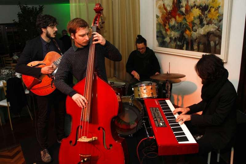 A banda apresenta composições presentes no álbum A margem e novos arranjos