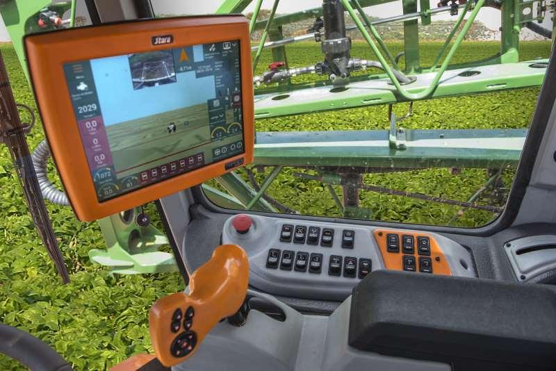 Sensores acoplados na cabine do operador mostram que estão sendo aplicados volumes ideais de insumos nas plantas