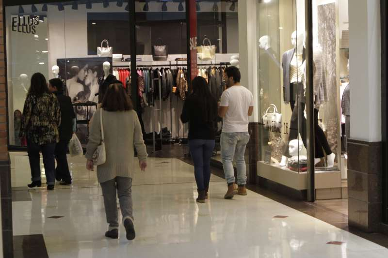 Caderno Dia do Comércio 2016 - movimento de consumidores nos corredores do Shopping Praia de Belas  na foto: Movimento no Shopping Praia de Belas