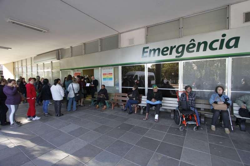 Emergência do Hospital de Clínicas de Porto Alegre está superlotada. Pessoas fazem fila em frente à entrada.