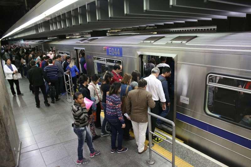 Assunto:Metrô-SP Legenda:SÃO PAULO,SP,13.07.2016:METRÔ-SP - Movimentação intensa de passageiros na estação Paraíso do Metrô, Linha Verde, região central de São Paulo (SP), na manhã desta quarta-feira (13). (Foto: Renato S. Cerqueira/Futura Press/Folhapress);  metrô de são paulo
