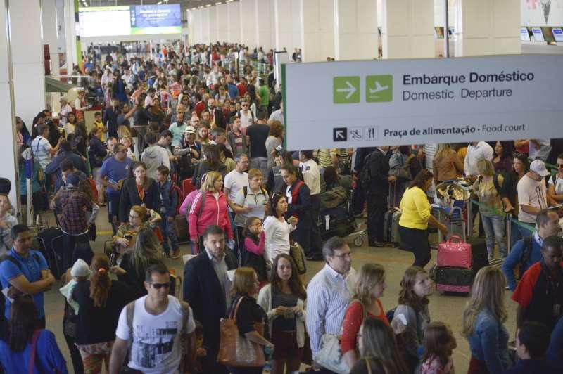 Brasília - A inspeção de bagagens nos aeroportos do país está mais rigorosa. Começam a valer as novas determinações da Agência Nacional de Aviação Civil para garantir maior segurança nos voos  Foto de José Cruz Agência Brasil