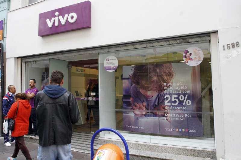 fotos de fachadas de lojas de telefones celulares das operadoras atuais.  na foto: Loja da Vivo, na rua da Praia, 1501