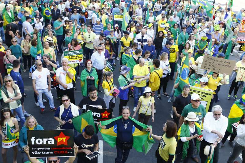 Ato do MBL-RS e VEM PRA RUA a favor do impeachment no Parcão.