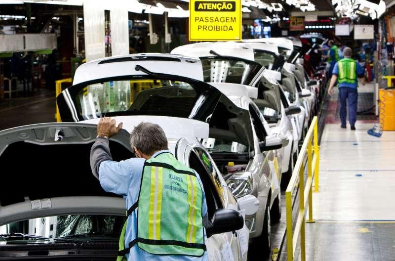 SÃO BERNARDO DO CAMPO, SP, BRASIL, 01-06-2010: Operários trabalham na linha de montagem da fábrica da Ford, em São Bernardo do Campo (SP). (Foto: Rodrigo Paiva/Folhapress)